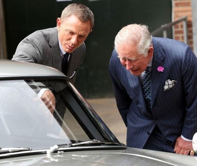 Thái tử Charles (phải) và tài tử Daniel Craig trò chuyện về những chiếc xe trên trường quay Bond 25.