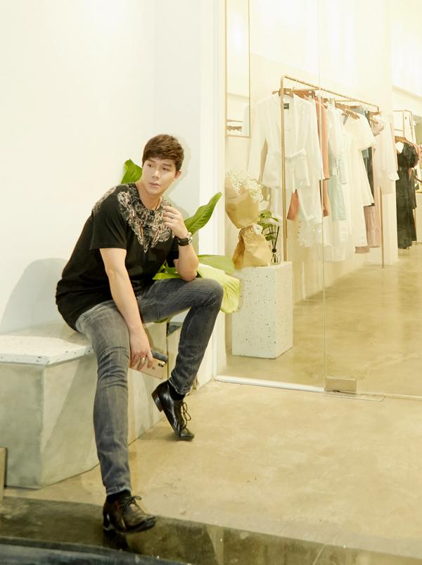 [Caption]Vào cuối 2016, Nathan Lee mới tiết lộ cô em gái xinh đẹp, tài năng là nhà thiết kế Ly Truong, nghệ danh là Foxtly với báo giới. Sau một thời gian dài làm việc cho các thương hiệu nổi tiếng quốc tế, Ly Truong cũng quyết định nối gót anh trai về Việt Nam lập nghiệp.
