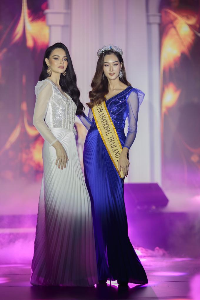 Hai trang phục dạ hội thuộc phân khúc cao cấp nhất trong  Thu được Phong Dung chọn mặt gửi vàng cho 2 người đẹp gốc Thái Lan trình diễn.Prapatsarin Sriprariyawat sinh năm 1988 cao 1m74diện váy xanh dương,Jessica Amornkudilok cao 1m79 mặc đầm trắng xếp ly. Nhà thiết kế Phong Dung chia sẻ,hai bộ váy này được dựng trong một tháng với một người thợhoàn chỉnh váy. Hai thiết kế nàysau khi livestream buổi biểu diễn đã nhận được nhiều đơn đặt hàng.