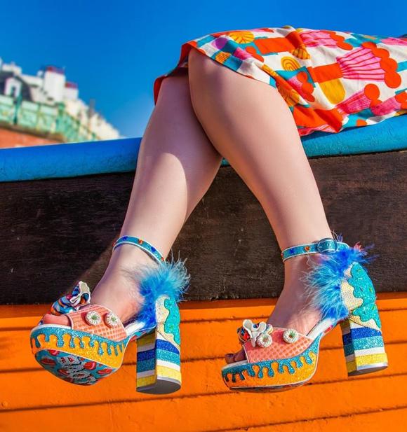 Chỉ những nàng ưa sự nổi bật, không ngại khẳng định dấu ấn khác biệt mới sử dụng giày dép màu mè sặc sỡ.