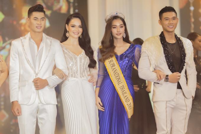 Hoa hậu siêu quốc gia Thái Lan 2013 - Prapatsarin Sriprariyawat (váy xanh) và Jessica Amornkudilok - quán quân Asia Next Top Model (váy trắng) đãđến TP HCM đảm nhận vai trò vedette cho bộ sưu tậpThu của Phong Dung tối ngày 5/8. Sự kiện ra mắt bộ sưu tập cũng là show diễn đầu tiên của thương hiệu thời trang. Ngoài hai mỹ nhân người Thái, còn có các người mẫu như Khả Trang, Ninh Hoàng Ngân, Khánh Vân, Trà My, Đào Thị Hà trình diễn 20 mẫu thiết kế thuộc Thu.