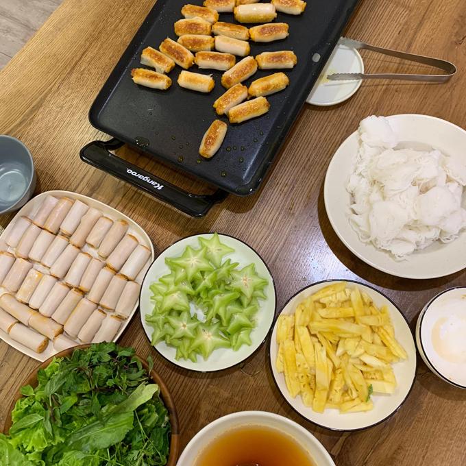 Vợ Kiên - Heo Mi Nhon sẽ là phụ bếp cho chồng hoặc dọn dẹp các dụng cụ sau khi anh dùng xong. Bố Cam Cam mất chưa tới 1 giờ đồng hồ để nấu ăn. Với những món cầu kỳ như bún, phở, Kiên có thể mất tới nửa ngày.Do đó, anh cố gắng sắp xếp thời gian nấu nướng hợp lý tùy theo món ăn.