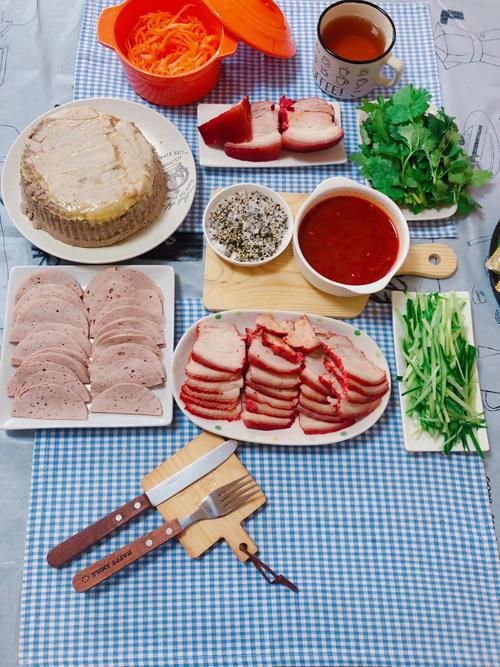 Để nấu nhanh, tiện lợi, tôi thường làm sẵn một số món có thể trữ đông như bắp bò luộc, cua đồng xay, thịt xá xíu, xíu mại, bò viên, giò chả, pate, ruốc, quẩy chiên sơ. Các nguyên liệu được kết hợp với các món đa dạng như phở, bún bò, xôi, cơm cháy, cháo sườn..., mẹ 8X bật mí bí quyết của mình.