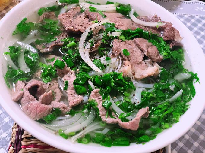 Dù sống tại Tokyo, Nhật Bản, khó kiếm được nguyên liệu nấu ăn của Việt Nam nhưng Nguyễn Quỳnh Hoa (33 tuổi) vẫn xoay xở được để nấu được các món ăn sáng chuẩn vị quê nhà như phở bò, bánh khúc, bánh cuốn, xôi xéo...