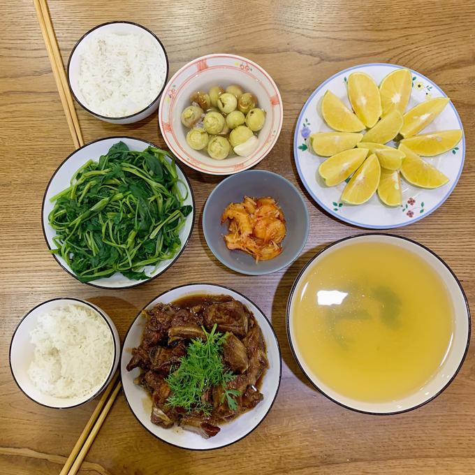 Các bữa cơm dành cho 2 người ăn của Kiên Hoàng chỉ tốn từ 50.000 - 70.000 đồng. Mâm cơm của ông bố Hà thành thường có ít nhất một món mặn, một món canh, giúp cả hai vợ chồngkhông lo bị đói.