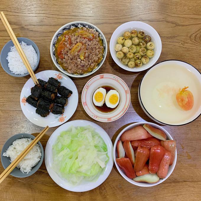 Một nguyên tắc hàng đầu của Kiên Hoàng khi nấu nướng là sử dụng ít nồi niêu xoong chảo. Tôi tính toán sao cho chỉ cần dùng 1,2 nồi thôi nhưng vẫn có thể làm được từ 2-3 món, ông bố 9X bật mí.