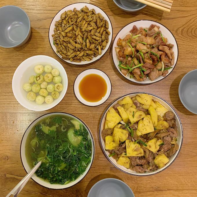 Một điểm trừ duy nhất khi ăn uống của gia đình Kiên Hoàng là hai vợ chồng ăn nhanh vì có nhiều công việc bận rộn cần xử lý. Đây cũng là điểm gia đình tôi đang cố gắng thay đổi, Kiên Hoàng bộc bạch.