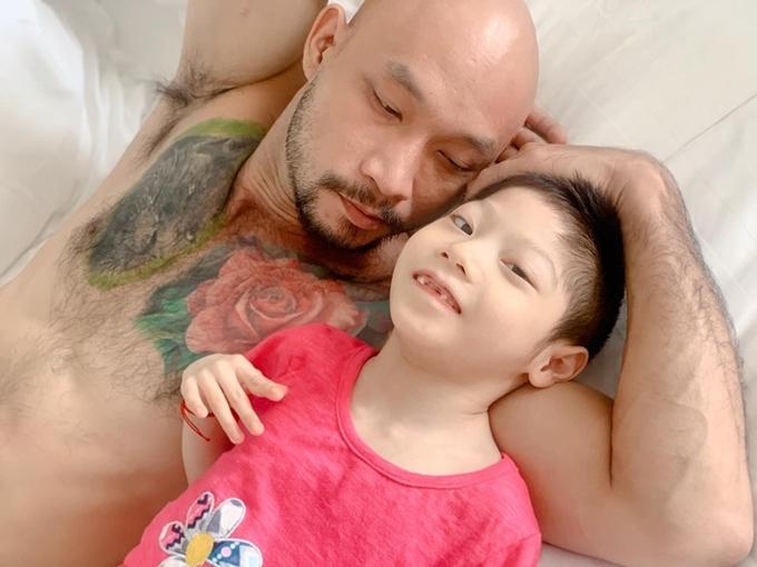 Anh Ngọc Thanh bên bé Tú Minh.