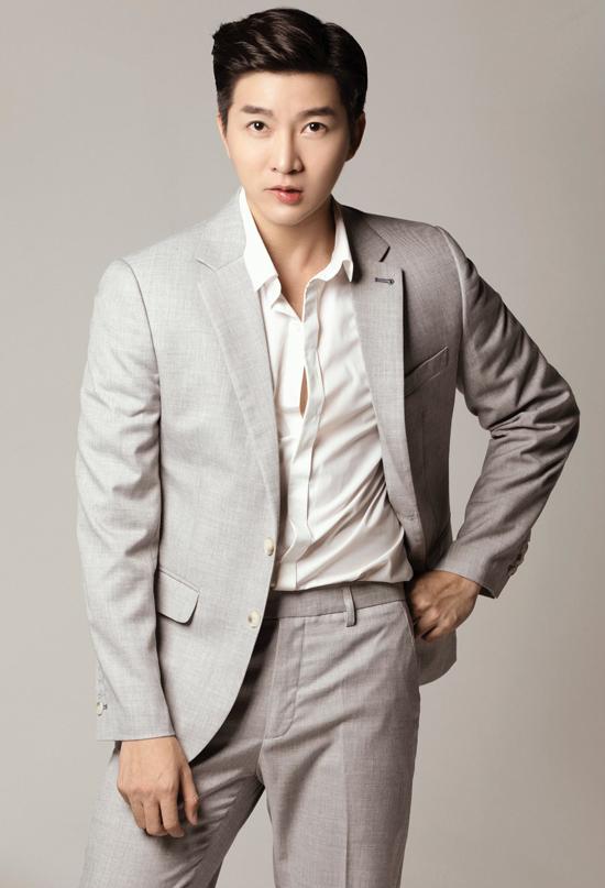 Những bộ suit kiểu dáng hiện đại, sắc màu trang nhã luôn được Nam Hee lựa chọn khi tham gia các sự kiện.