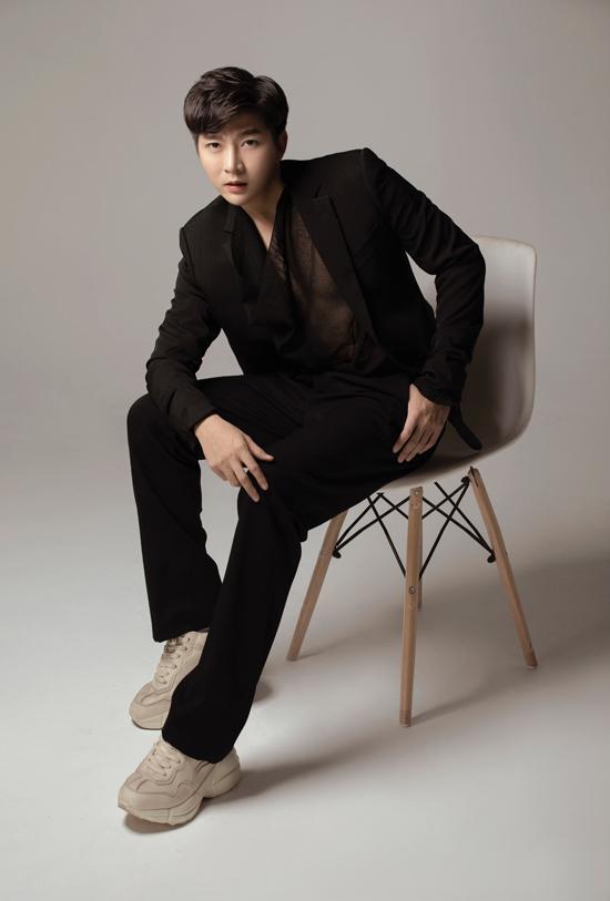 Ngoài các kiểu suit theo phong cách basic, Nam Hee còn chọn thêm các mẫu vestkết hợp cùng quần tây ống rộng đang được ưa chuộng để mix đồ.