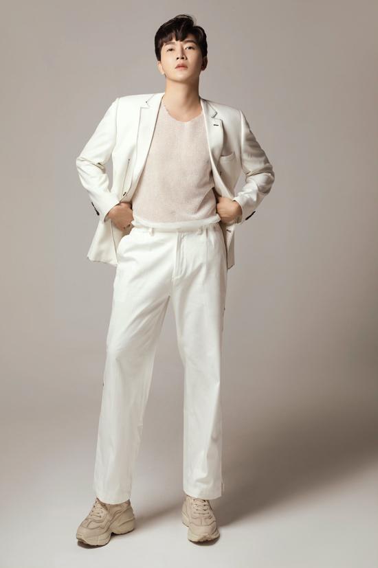 Mốt diện các mẫu áo lưới cá tính cùng với suit thanh lịch đang được giới trẻ yêu thích cũng được nam MC thử nghiệm.