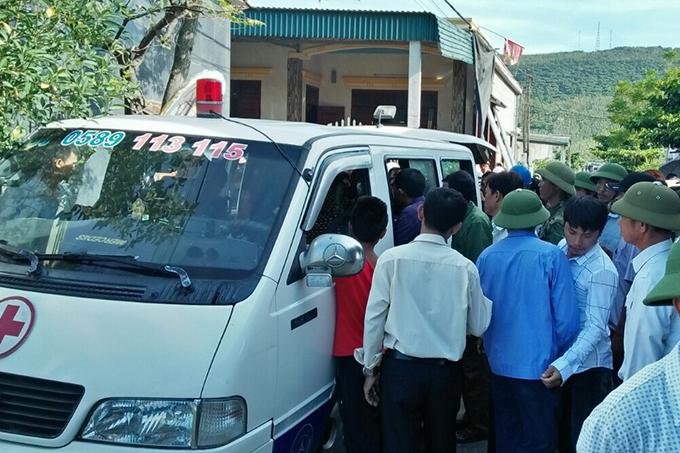 Xe cấp cứu đưa các nạn nhân về nhà. Ảnh: Hà Thương