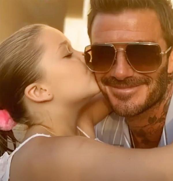 Ông bố điển trai không quên khoe khoảnh khắc đc con gái cưng Harper hôn má và