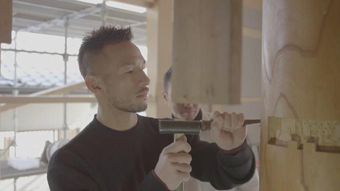 Nakata tự tay thực hiện điêu khắc gỗ.