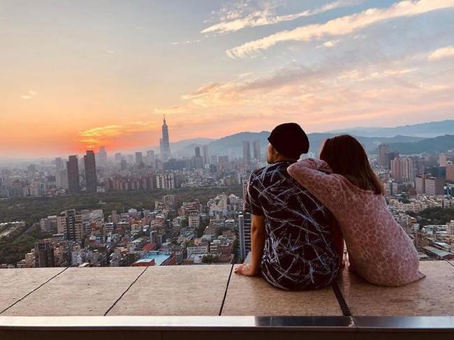Châu Kiệt Luân chia sẻ hình ảnh vợ chồng anh bên nhau, nhân ngày Valentine.