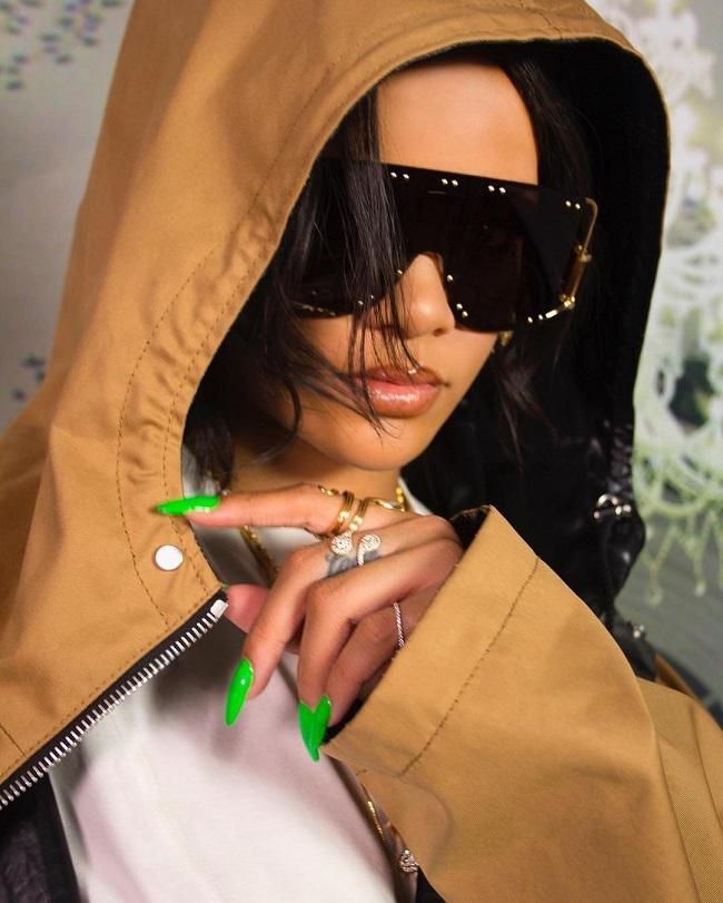 Rihanna cũng là tín đồ của kiểu móng tay dài, nhọn hoắt.