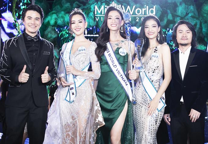 Vũ Mạnh Cường chụp ảnh cùng tân Hoa hậu và hai Á hậu cùng đạo diễn Hoàng Nhật Nam (ngoài cùng bên phải).