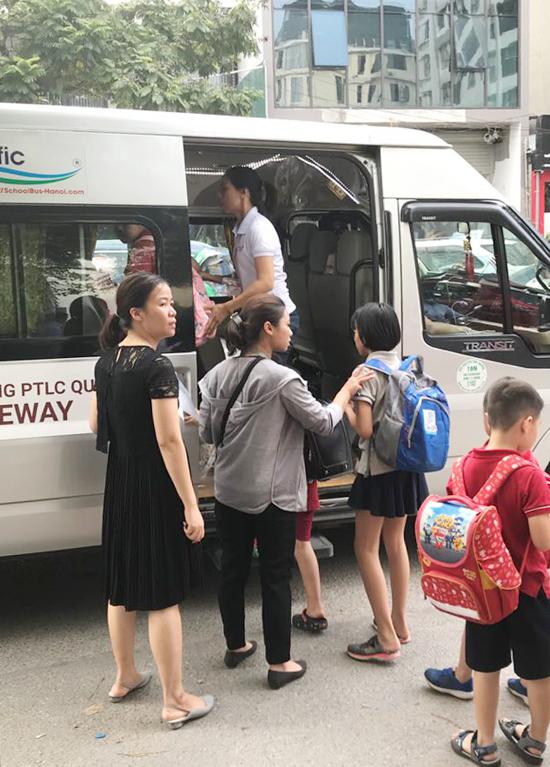 Xe đưa đón của học sinh trường Gateway, Cầu Giấy, Hà Nội, sáng 7/8. Ảnh: Hà Phương.