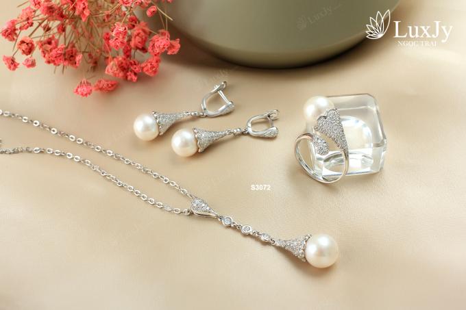 Bộ ngọc trai trắng sẽ giúp Ngọc Hân thêm nổi bật nhờ vẻ đẹp trẻ trung, sang trọng và đặc biệt dễ phối với nhiều kiểu trang phục như áo dài, váy đầm khi đi tiệc hay đi làm.