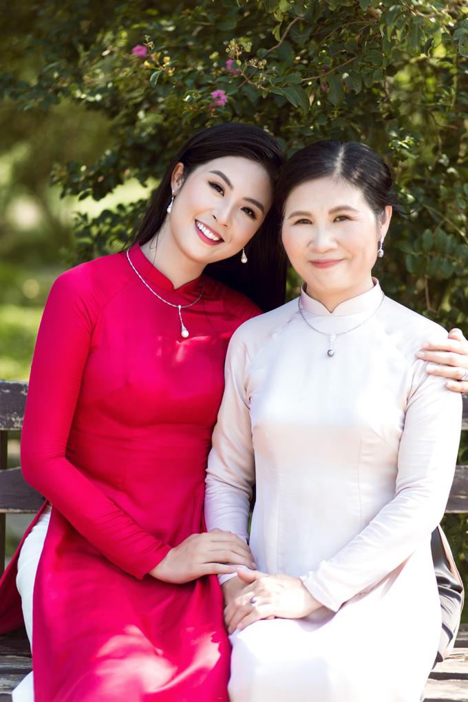 Hoa hậu Việt Nam 2010 vừa ghi lại những khoảng khắc đẹp và ngọt ngào bên mẹ nhân mùa Vu Lan. Hai mẹ con trông nổi bật nhờ diện những tà áo dài do chính cô thiết kế kết hợp cùng trang sức ngọc trai sang trọng từ thương hiệu LuxJy Jewelry.