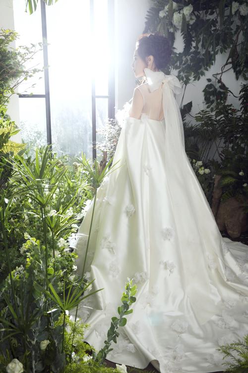 Chiếc váy được thực hiện liên tục trong hơn một tháng sau khi Thu Trang và stylist Pông Chuẩn ngỏ lời với NTK. Vì thời gian gấp rút nên Trần Hùng đã phải gác bỏ các đơn hàng khác để tập trung cho chiếc váy cưới đầu tiên trong sự nghiệp thiết kế của anh.