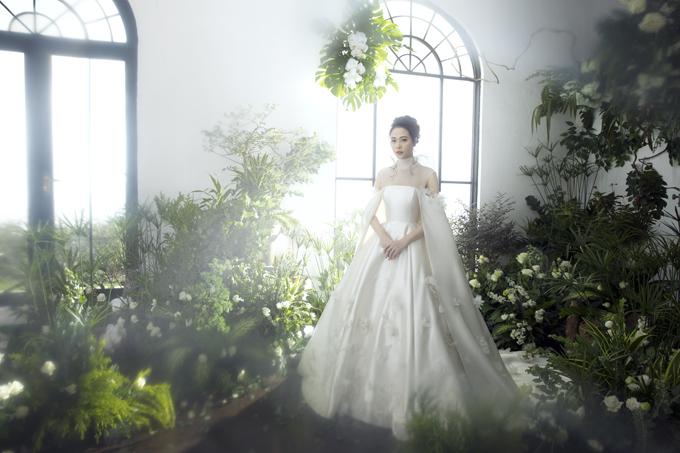 Các váy mà cựu người mẫu diện trong bộ ảnhđều là sáng tạo của NTK Trần Hùng. Mẫu đầm xòe phồngtênFleurs damour (tiếng Pháp) nghĩa là những cánh hoa tình yêu được cô dâu Thu Trang diện trong nghi lễ cưới chính củatiệc ngày 28/7.
