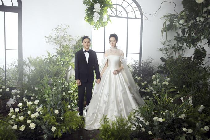 Sau đám cưới diễn ra ngày 28/7, vợ chồng Cường Đô la và Đàm Thu Trang tiếp tục gây bất ngờ tới công chúng khi hé lộ ảnh prewedding(ảnh tiền đàm cưới)thực hiện trong một studio. Trước đó, uyên ương đã chụp bộ hìnhcưới ngoại cảnhở Vĩnh Hy, Ninh Thuận.