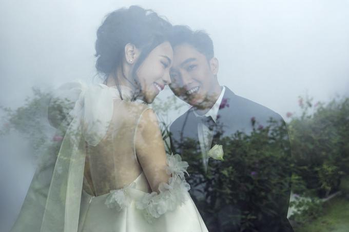 Uyên ương trao nhau những cử chỉ tình cảm trong bộ ảnh cưới.