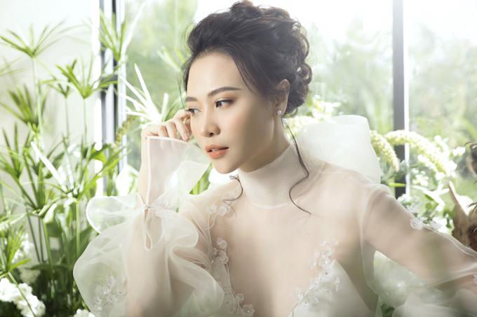Tay váy có phần nhún, họa tiết dọc thân là hoa linh lan theo sở thích của cô dâu.