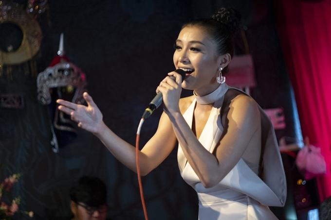Đừng lừa dối em là một bài hát ballad được sáng tác bởi nhạc sĩ Nguyễn Hồng Thuận. MV được thực hiện tại Đà Lạt bởi đạo diễn Tùng Phan.