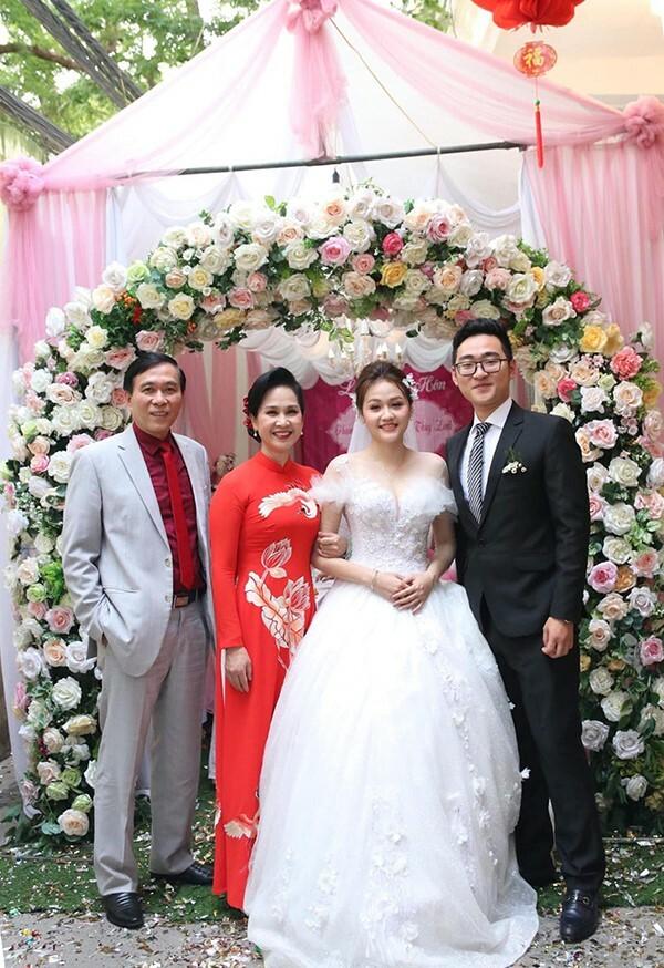 Vợ chồng NSND Lan Hương trong đám cướicon trai thứ hai cuối năm ngoái.