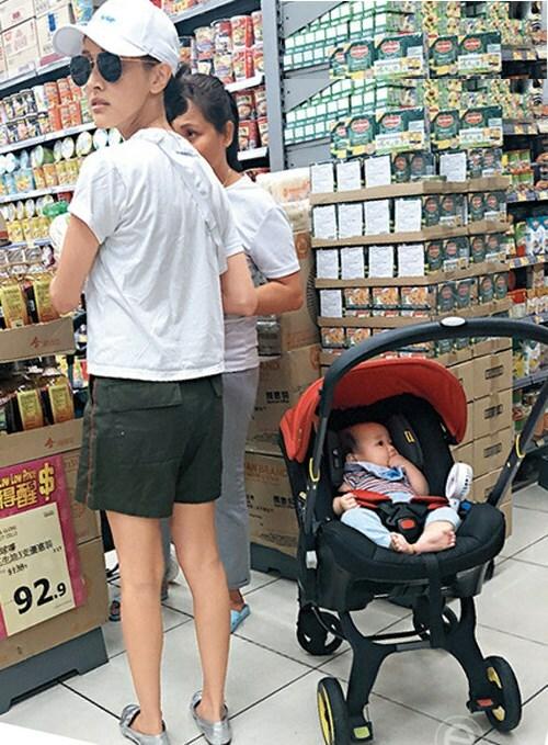 Cánh paparazzi Hong Kong gặp Trần Khải Lâm khi cô đi siêu thị mua đồ ăn. Sinh con được vài tháng, Hoa hậu Hong Kong đã nhanh chóng lấy lại vóc dáng mảnh mai, gọn gàng. Trong khi Khải Lâm mải chọn đồ, em bé Rafael nằm trong nôi và mải mê gặm tay, trông béđáng yêu.