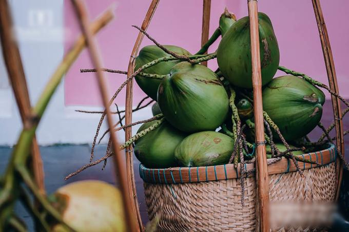 Uyên ương chọn một xe chứa 200 trái dừa, nước ép trái cây - các thức quả đặc trưng của miền Nam để mời khách trước giờ làm lễ.