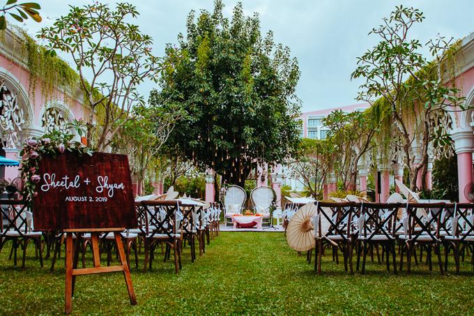 Không gian cưới mang phong cách rustic, giúp toàn thể khách khứa hòa mình vào không gian thiên nhiên. Bảng welcome tiệc có tên của uyên ương viết bằng chữ nghệ thuật calligraphy.