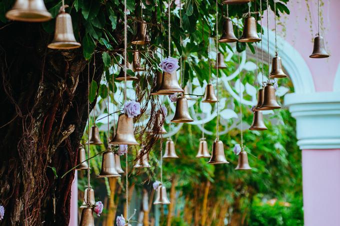 Ekip phối hợp cùng wedding planner người Thái để lên ý tưởng, trang trí không gian cưới. Mỗi ngày, wedding planner đề ra những điều mới mẻ ngoài kế hoạch cưới ban đầu để tạo điểm nhấn cho bữa tiệc. Do đó, ekip trang trí gặp chút vất vả để đáp ứng yêu cầu mới nảy sinh.