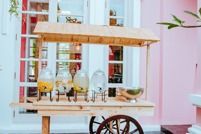 Vì uyên ương và khách mời rất chú trọng đến việc thưởng thức đồ uống nên mỗi ngày ekip đều thiết kế khu quầy bar, phục vụ thứcuốngtheo concept khác nhau.