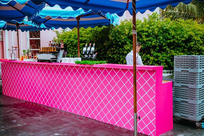 Khu vực quầy cocktail, rượu mạnh dành cho khách dùng sau khi làm lễ và trong lúc ăn trưa.Cặp người Ấn Độ còn thuê một ekip bartender người Thái đến phục vụ.Vì khối lượng công việc lớn nên mỗi thành viên trong ekip đều chỉ được nghỉ ngơi khoảng 3-4 tiếng/ngày, thi công liên tục từ 6h tới 1-2h ngày hôm sau.