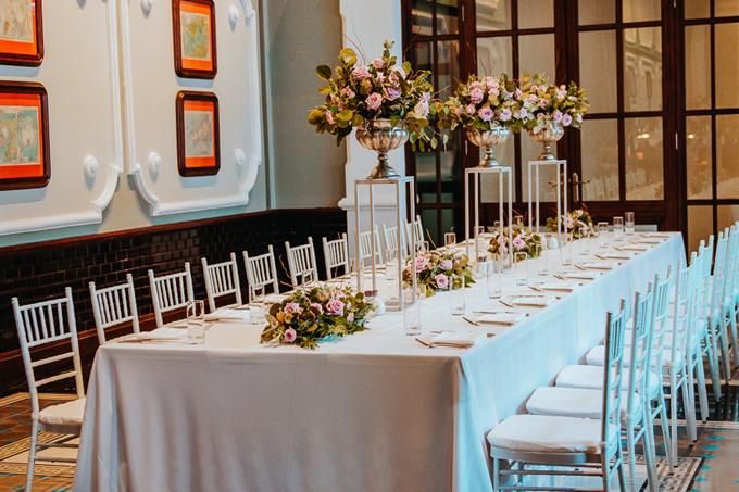 Sau khi thực hiện nghi lễ cưới, uyên ương mời khách thưởng thức bữa trưa trong nhà. Để tạo không khí ấm cúng, uyên ương chọn bàn tiệc dài, ghế Chiavari màu trắng đem đến sự sang trọng.