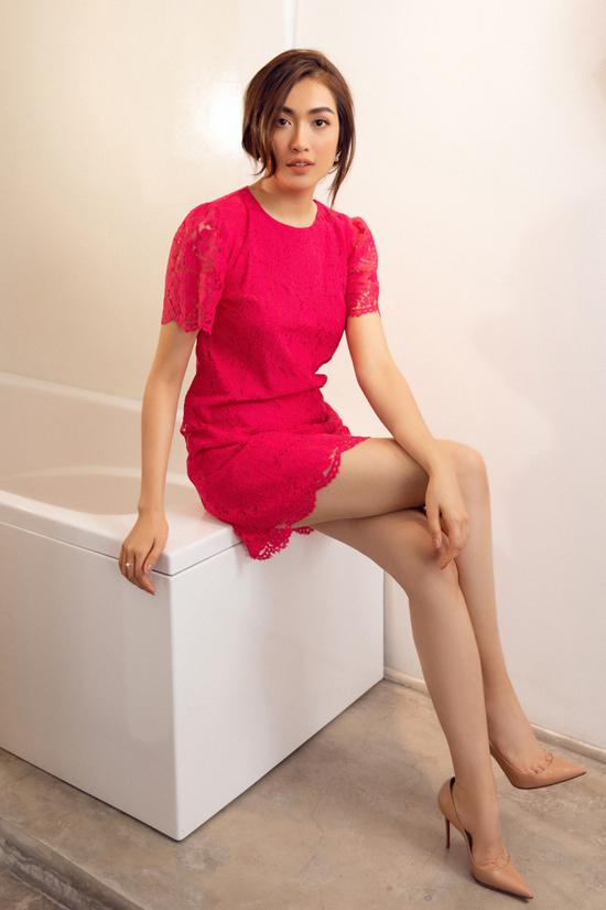 Chất liệu vải ren sexy thường được ưa chuộng ở mùa hè vẫn được đưa vào các thiết kế cho ngày đầu thu.