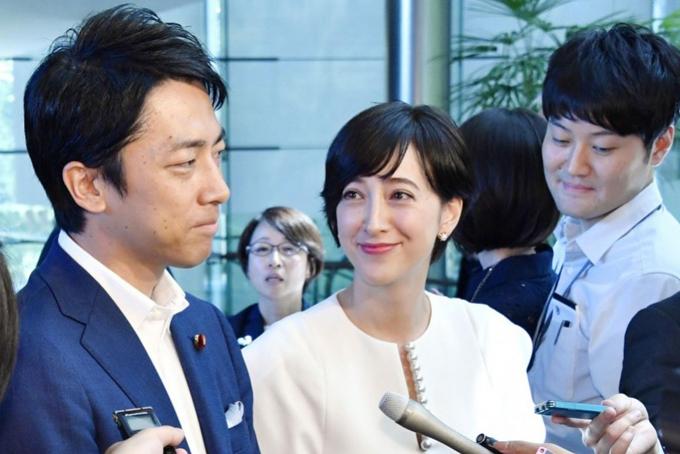 Shinjiro Koizumi và vợ tương lai Christel Takigawa phát biểu trước truyền thông về kế hoạch kết hôn hôm 7/8. Ảnh: Reuters.