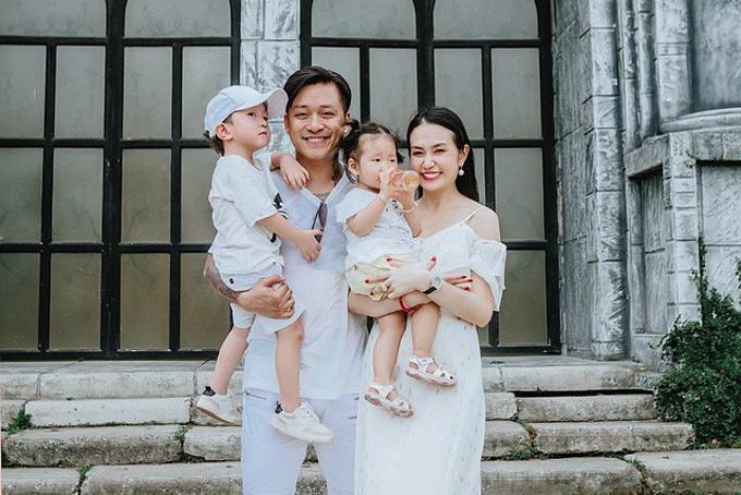 Vợ chồng Tuấn Hưng bên hai con Su Hào - Son.