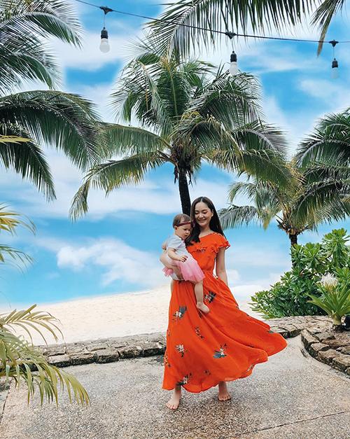 Lan Phương cùng con gái tung tăng dạo biển khi du lịch ở đảo ngọc Phú Quốc.