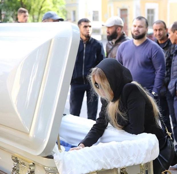 Elizaveta Apushkina nhìn mặt chồng lần cuối trong tang lễ hôm cuối tuần