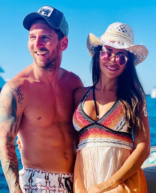 Vợ chồng Messi trong kỳ nghỉ ở Ibiza cuối tháng 7.