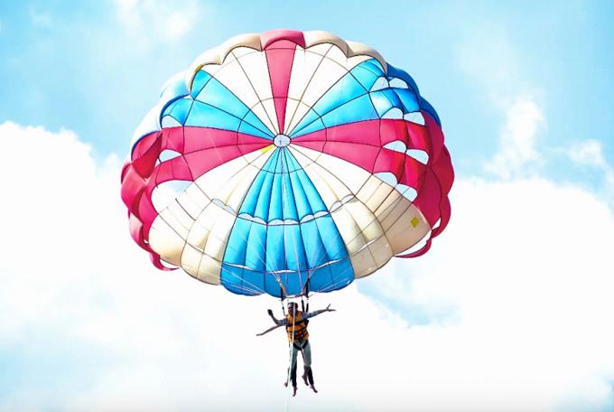 Nam ca sĩ diễn cảnh bay lượn với dù trên bầu trời. Anh muốn sản phẩm của mình có đầy đủ các cảnh trên trời, dưới biển để thể hiện vẻ đẹp thiên nhiên Việt Nam.