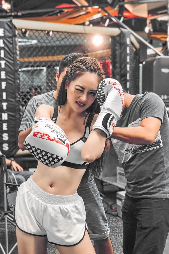 Thùy Anh trong trang phục boxing trên trường quay phim Người lạ ơi.