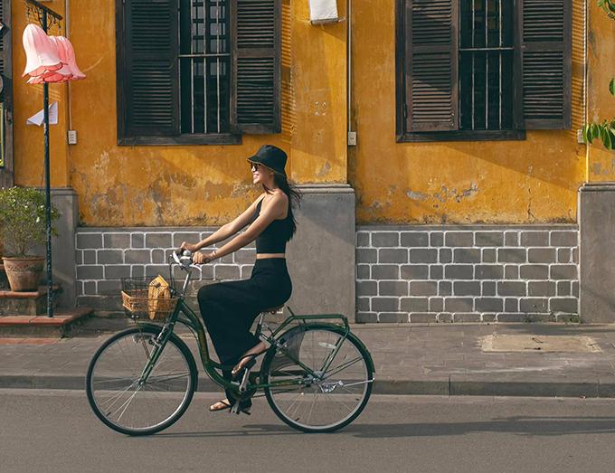 Hoa hậu Tiểu Vy ăn vận giản dị, đạp xe dạo chơi ở phố cổ Hội An. Người đẹp dí dỏm cho biết đã ăn đậu đỏ ngày Thất tịch nhưng vẫn phải đi tìm người ấy của mình.