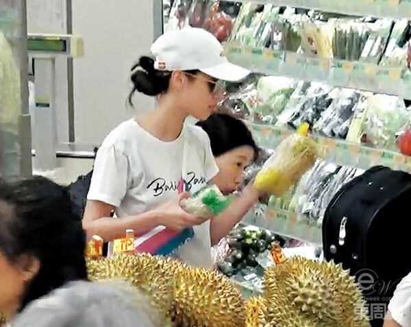 Con trai Trịnh Gia Dĩnh mải gặm tay khi cùng mẹ đi siêu thị - 1
