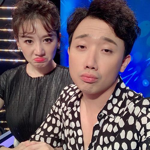 Vợ chồng Trấn Thành - Hari Won làm mặt buồn khi pose hình tại hậu trường một chương trình.
