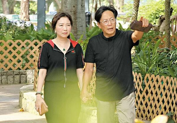 Tờ Eastweek đăng tải ảnh nam diễn viên gạo cội TVB Vỹ Liệt (Willie Lau) đưa vợ đi dạo và tập thể dục trong công viên gần nhà. Vợ của Vỹ Liệt hiện bị ung thư vú và đang được điều trị. Để vợ sớm hồi phục sức khỏe và tinh thần, Vỹ Liệt sớm tối cận kề, ngày ngày đồng hành với bà xã.